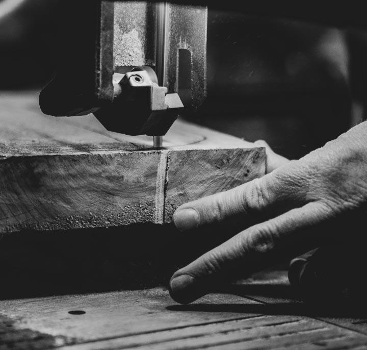 artigiano lavora il legno