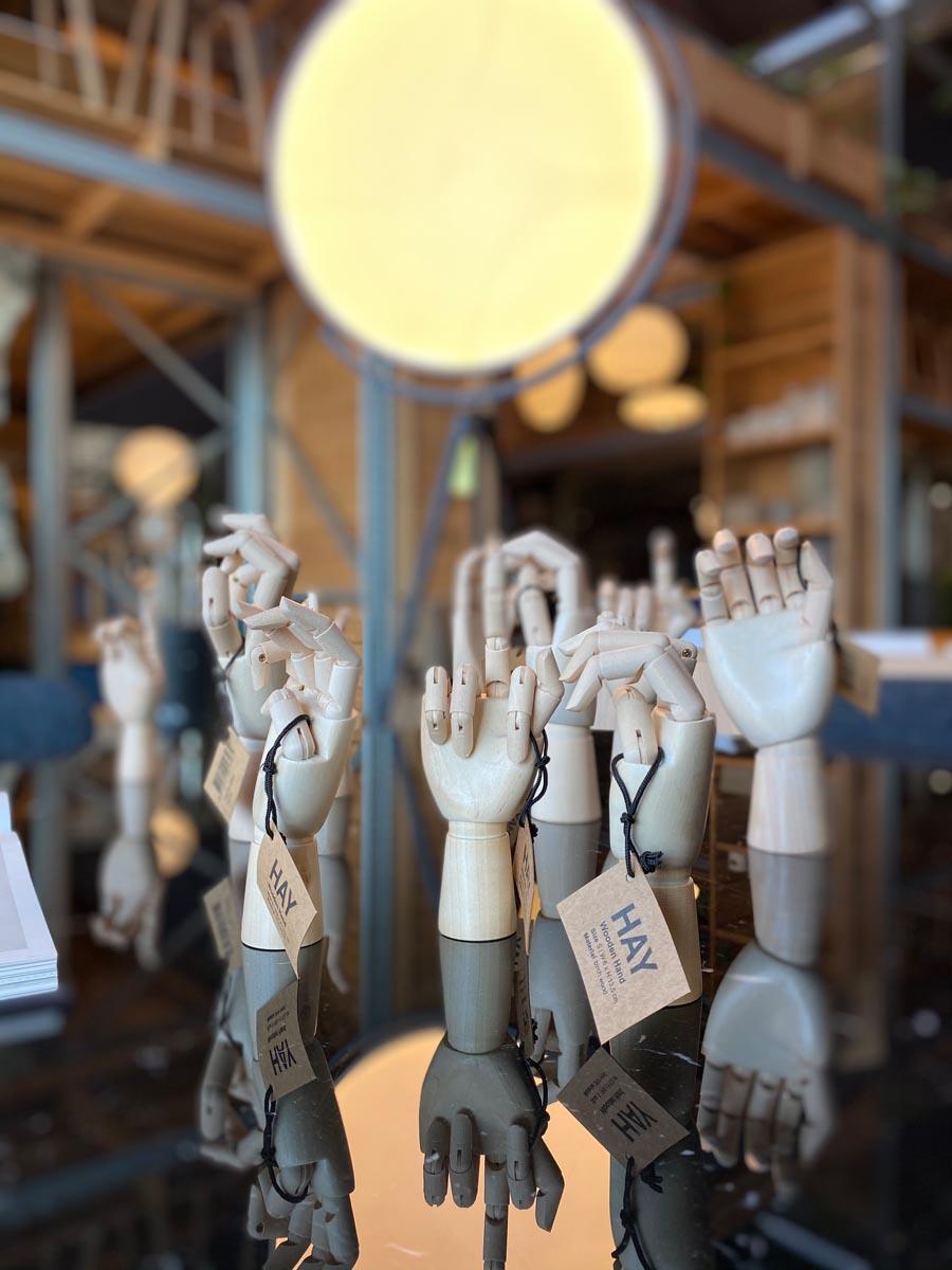 mani in legno wooden hand Hay